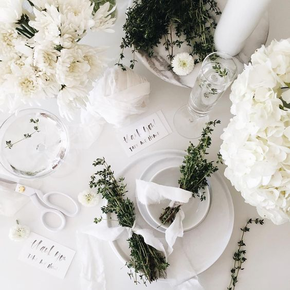 White-Holiday-Table-Setting-Ideas.jpg