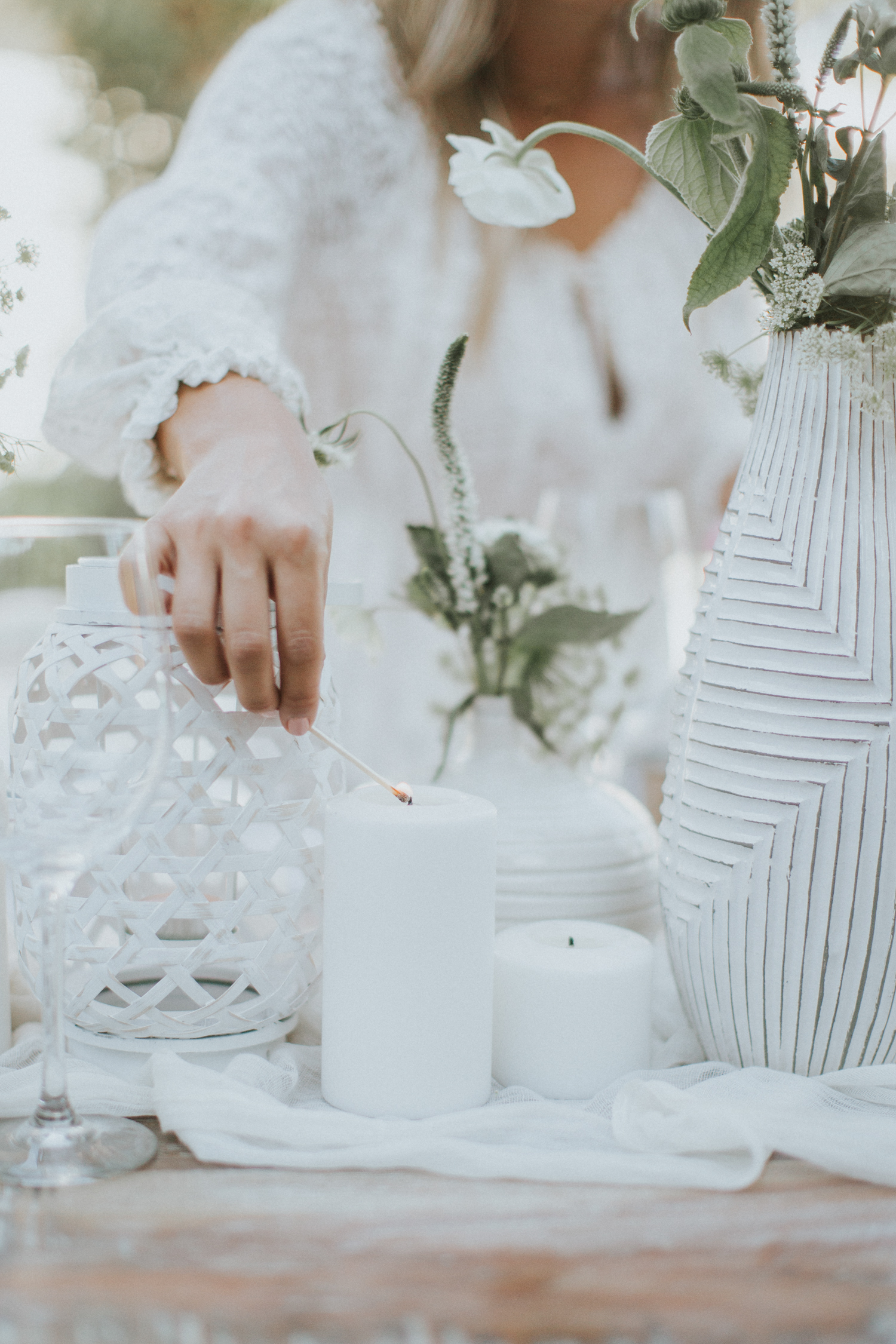 Table decor, all white for a summer soiree   A Fabulous Fete