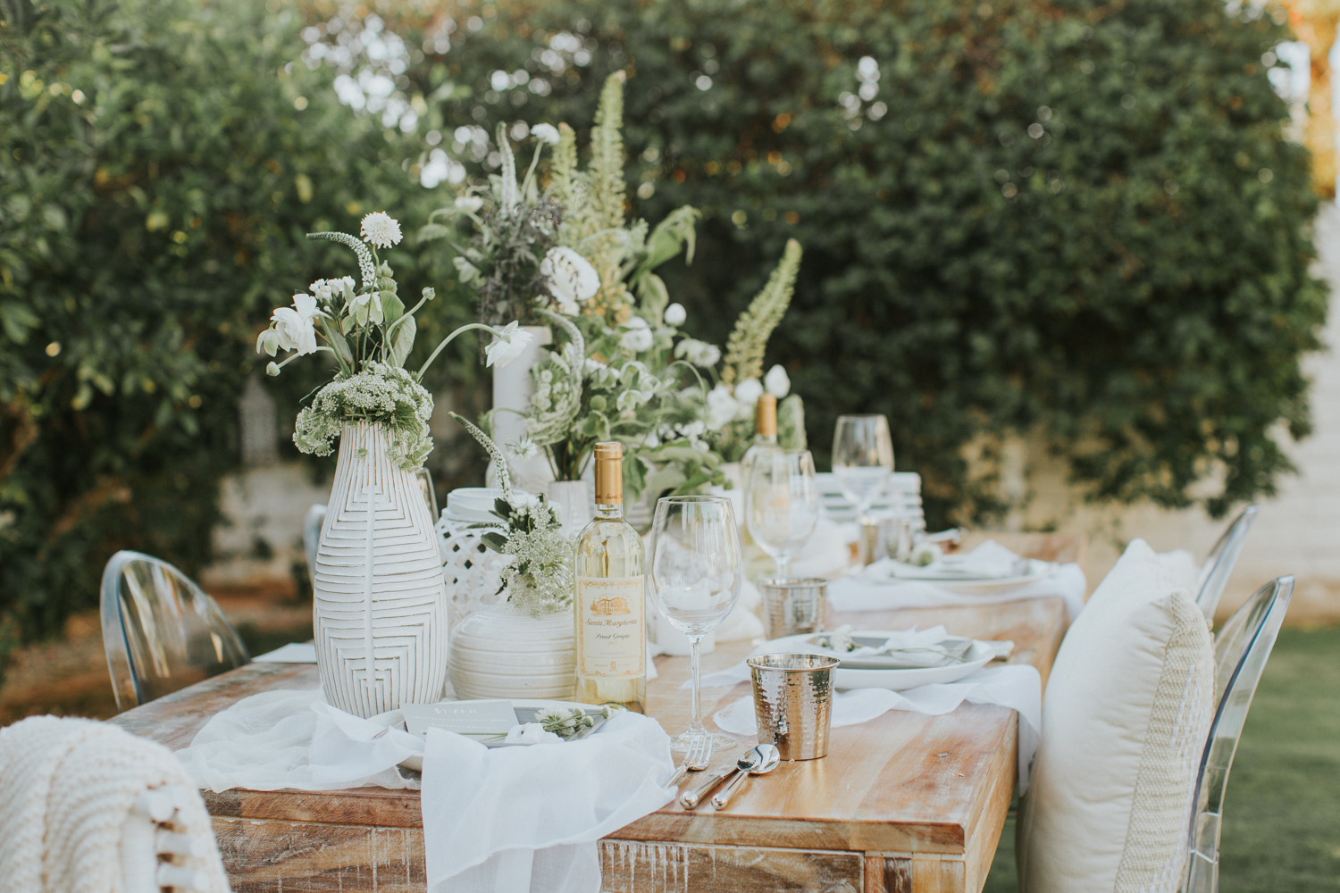 Easy outdoor setting with a mix of all white flowers   A Fabulous Fete
