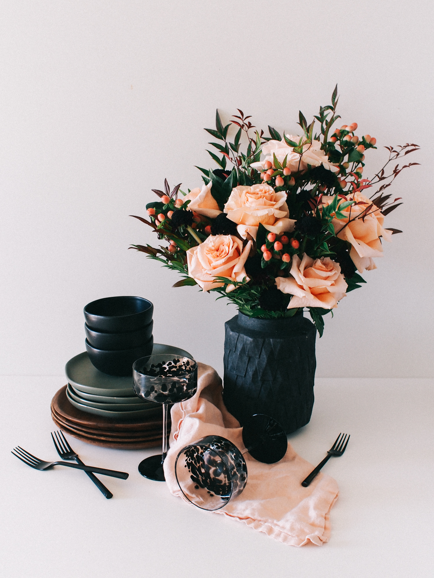 Get your home ready for entertaining this holiday season with this simple flower arrangement, how-to is on the blog! | A Fabulous Fete
