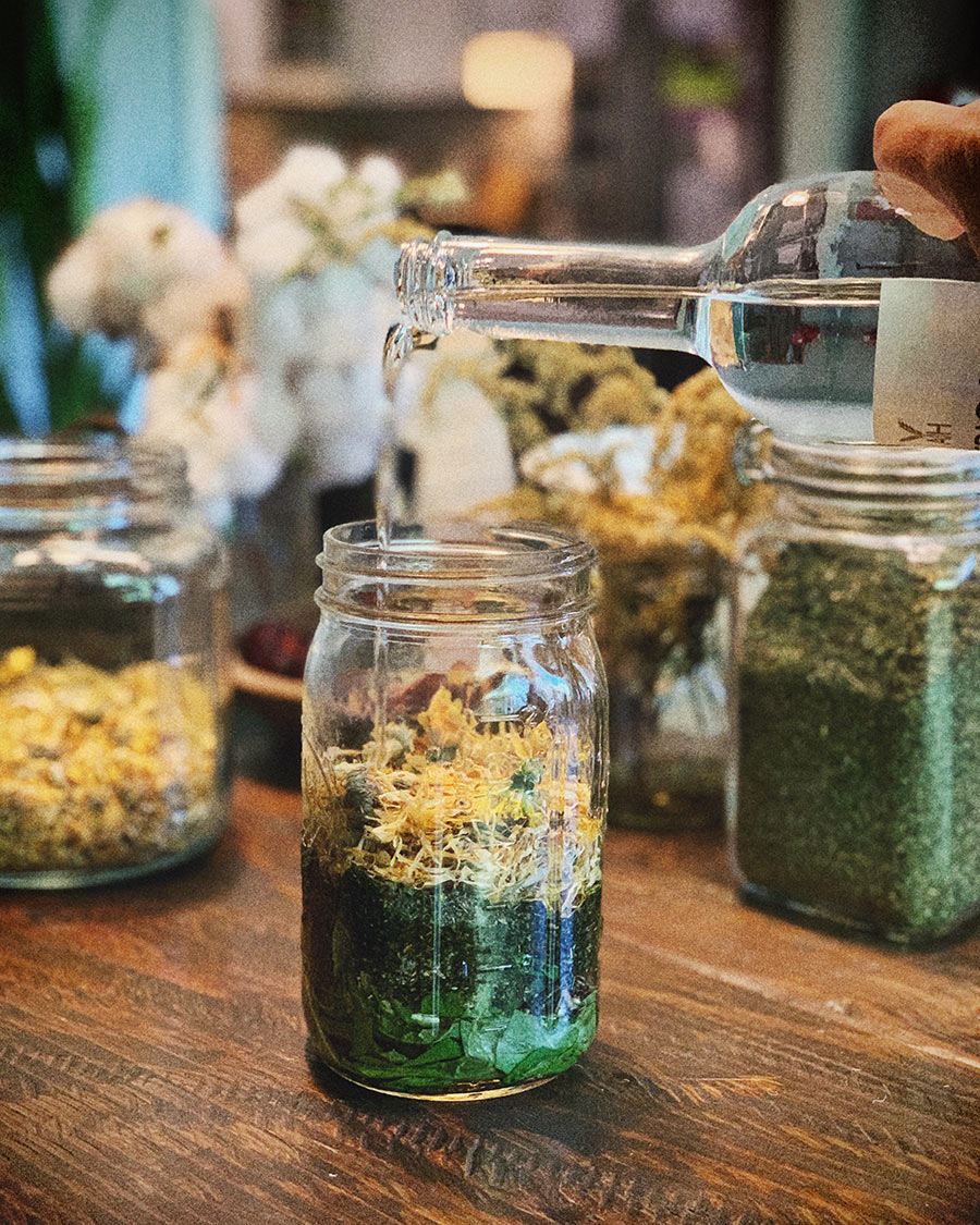 Dandelion, nettles, oat straw, cleavers and calendula in organic vodka