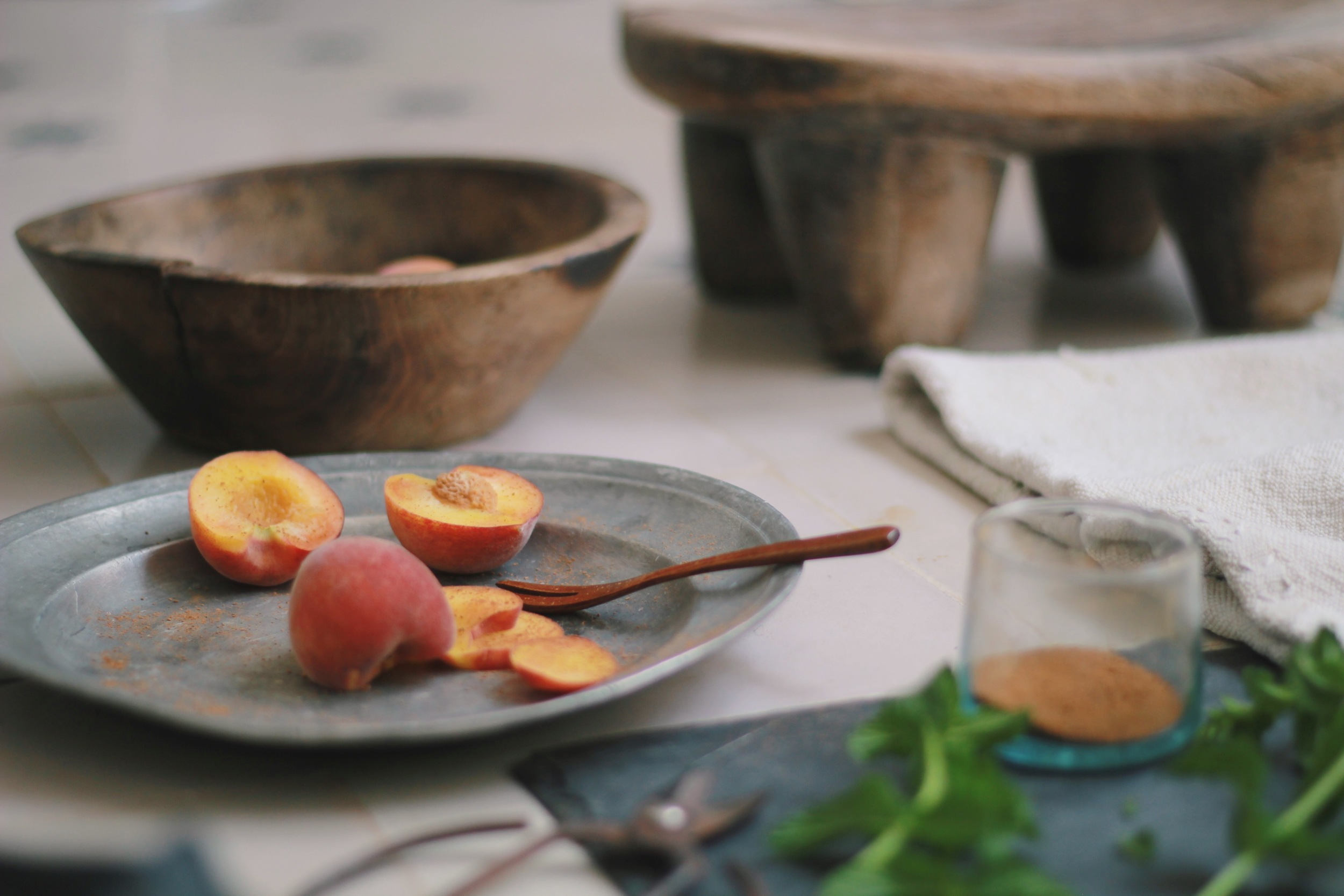 stunning and perfectly ripe peaches dusted in cinnamon