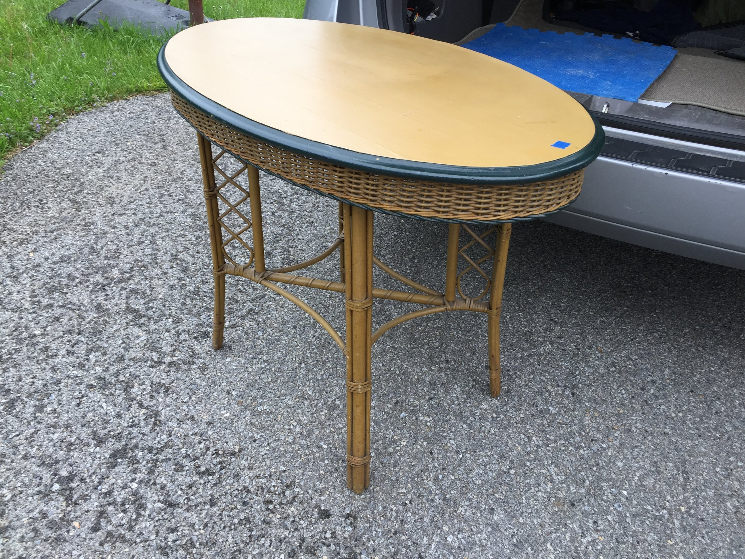 Adorable oval tall table.  This may make an appearance at my booth....need to sell the Broyhill set!!!!