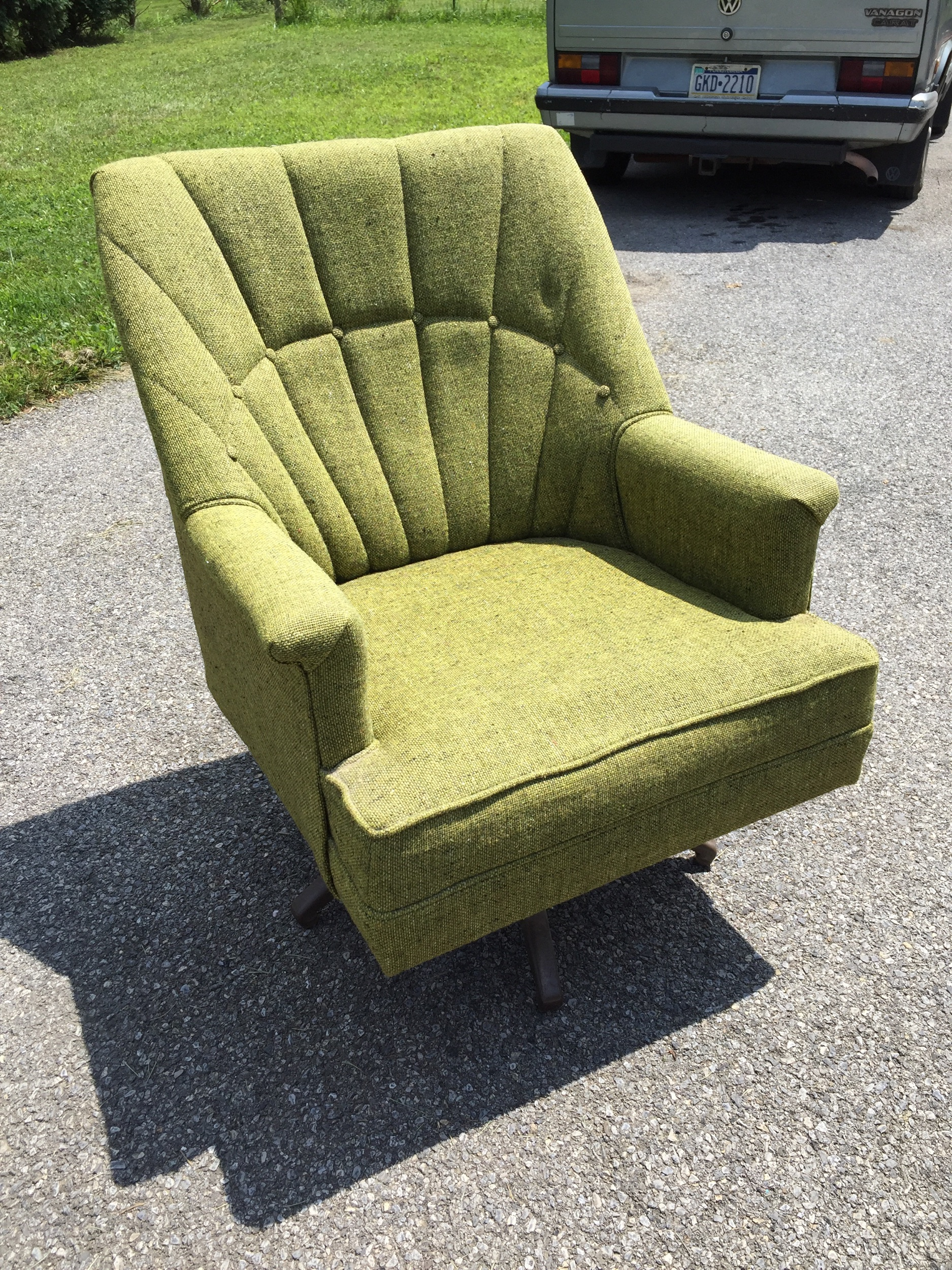 Super cute green tweed swivel rocker. Metal baSe, wood frame. Fabric in very good vintage condition. As always, i clean and sanitiZe Begore shipping and delivery.