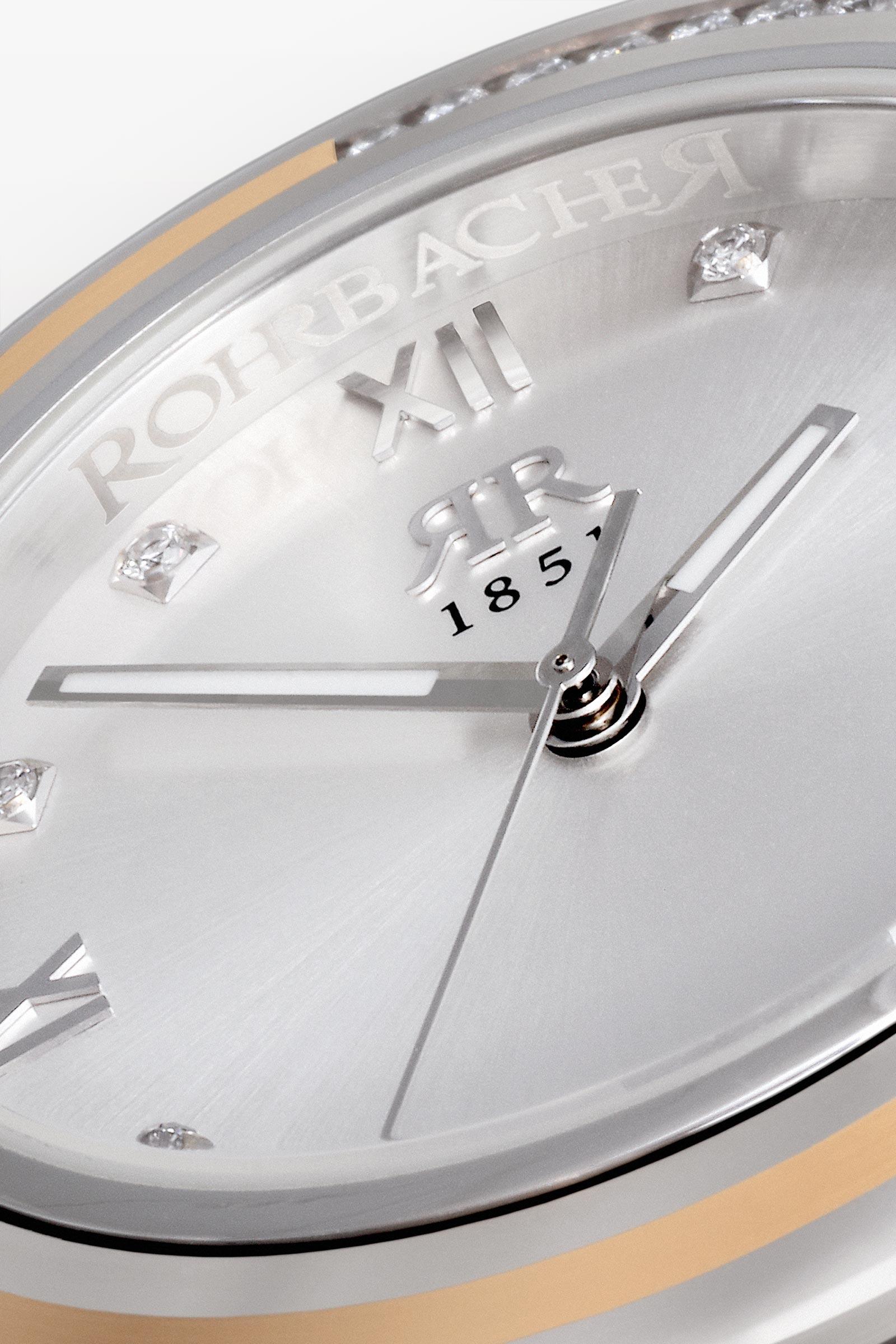 Einzigartiges Kunsthandwerk - Jede Rohrbacher wird einzeln und überwiegend von Hand gefertigt. Deshalb ist jede Rohrbacher ein Unikat. Jede Intarsien aus Gold, Platin oder Tantal, schmieden wir mit streng gehüteter Handwerkskunst von Hand in das Uhrengehäuse. Diese anspruchsvolle Kunstfertigkeit ist in der Uhrenwelt genauso einmalig wie unsere patentierte Brillanten-Fasstechnik.