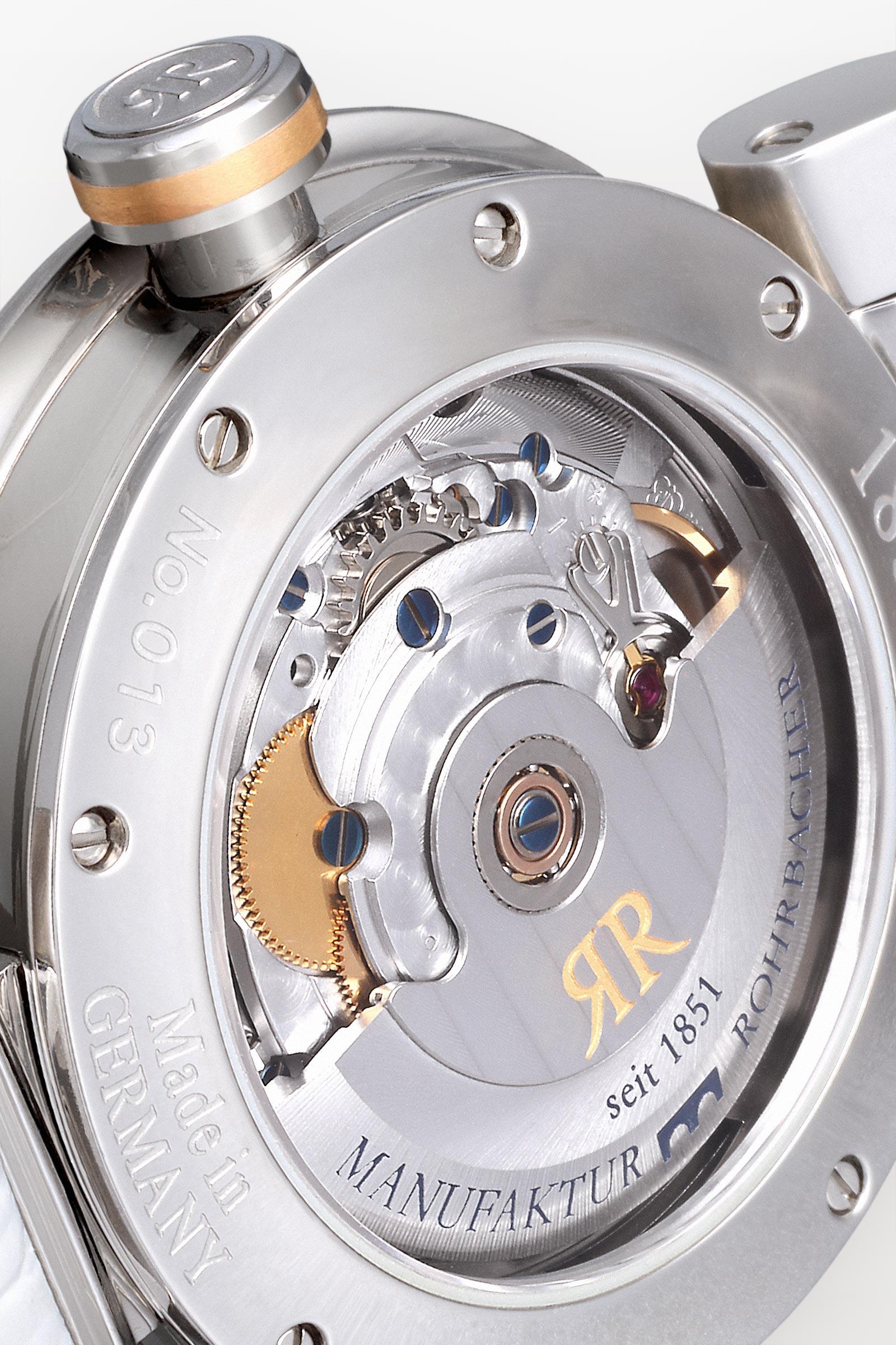 Faszinierend - Präzision (100 Meter wasserdicht) und die Liebe zum Detail. Der mehrfach verschraubte Saphirglas-Boden erlaubt faszinierende Einsicht in das mechanische Uhrwerk Kaliber ROTA (von ROhrbacher und eTA), welches diese mechanische, chronometerfähige Dreizeigeruhr mit automatischem Aufzug antreibt.