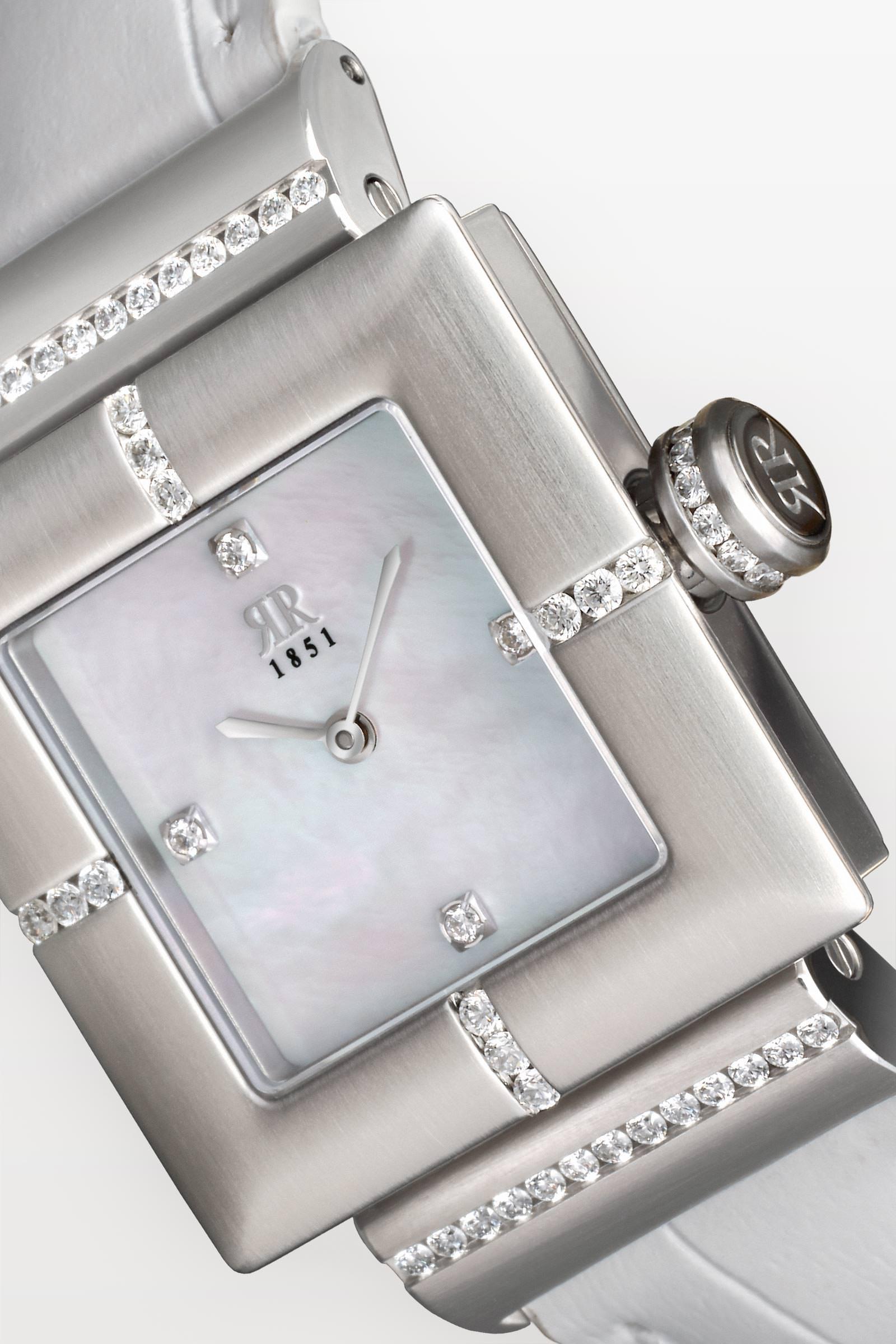 Beeindruckt durch einzigartiges Kunsthandwerk - Jede Rohrbacher wird einzeln und überwiegend von Hand gefertigt. Deshalb ist jede Rohrbacher ein Unikat. Jede Intarsien aus Gold, Platin oder Tantal, schmieden wir mit streng gehüteter Handwerkskunst von Hand in das Uhrengehäuse. Diese anspruchsvolle Kunstfertigkeit ist in der Uhrenwelt genauso einmalig wie unsere patentierte Brillanten-Fasstechnik