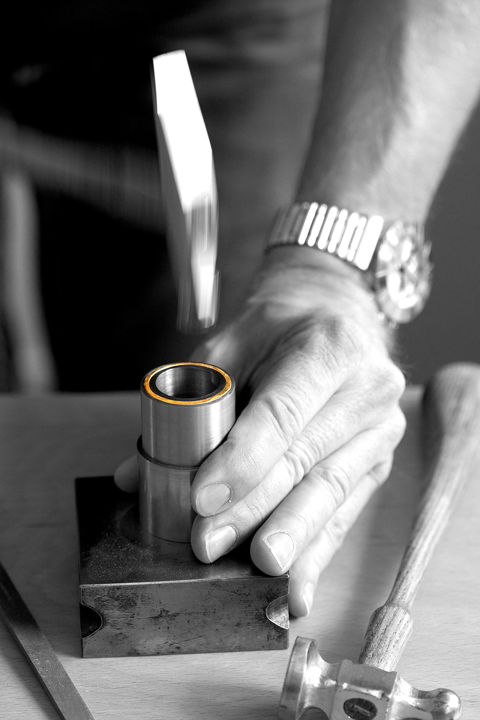 Einzigartige Schmiedekunst - So werden unsere Unikate in traditioneller und vor allem eigener Handwerkskunst geschmiedet, was Sie sehen und vor allem fühlen können. Denn die Haptik und die Solidität verkörpern den wahren Wert unserer speziellen Goldschmiede-Kunst. Auf kommerziellen (billigen) Schmuckguss verzichten wir, denn ein echtes Meisterstück besteht auch aus der kunstvollen Herstellung.