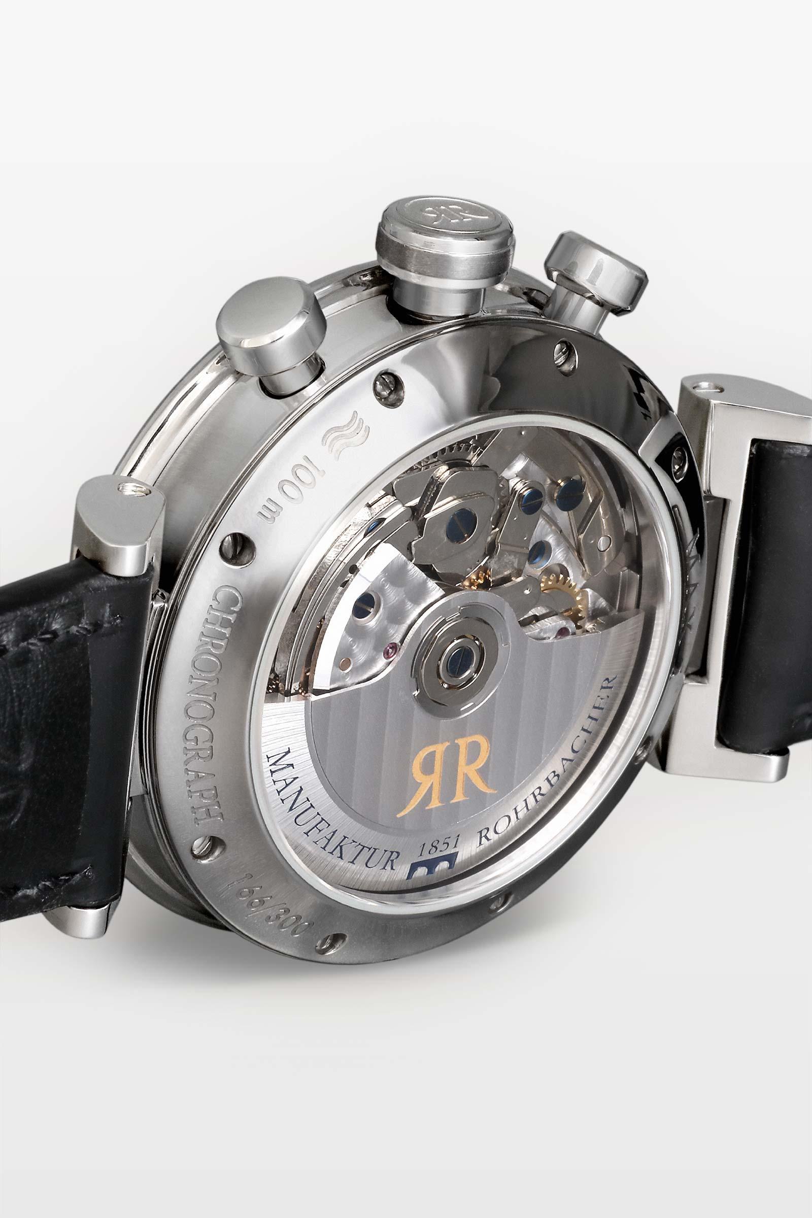Gewährt faszinierende Einblicke - Der mehrfach verschraubte Saphirglasboden erlaubt faszinierende Einsicht in das mechanische Chronographen-Uhrwerk. Wie jede Rohrbacher ist auch die MAX II bis zu100 Meter wasserdicht.