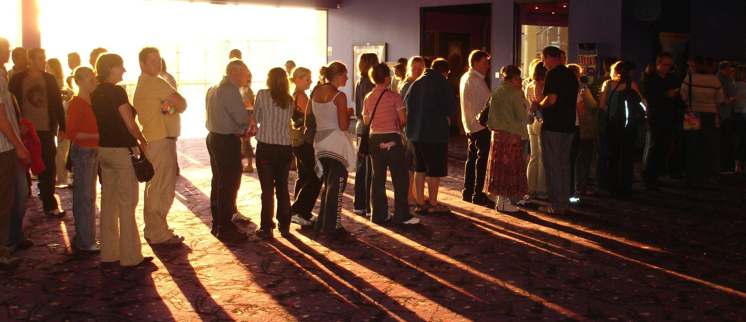 Light_on_cinema_queue.jpg