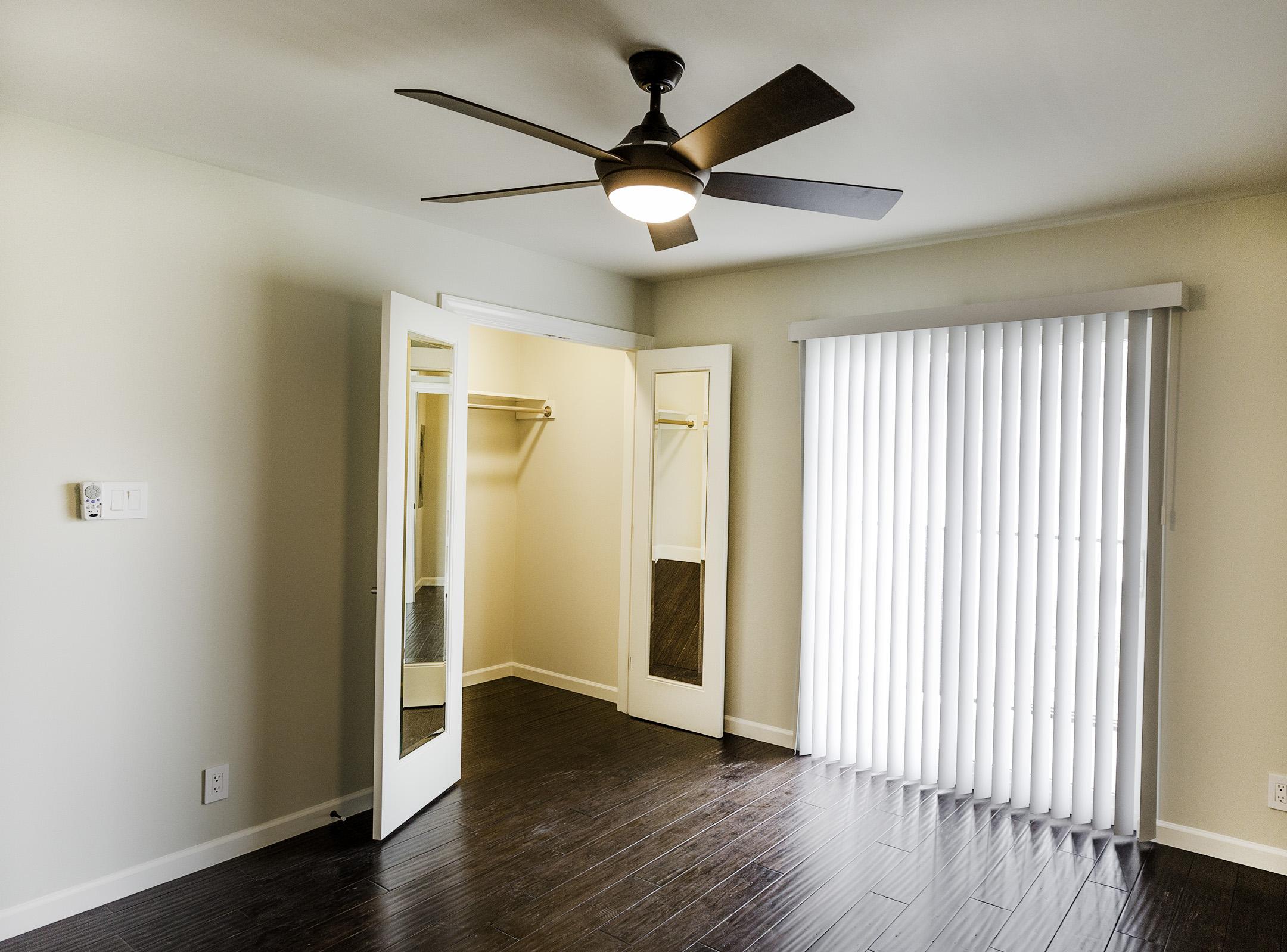 1bedTH-room.jpg