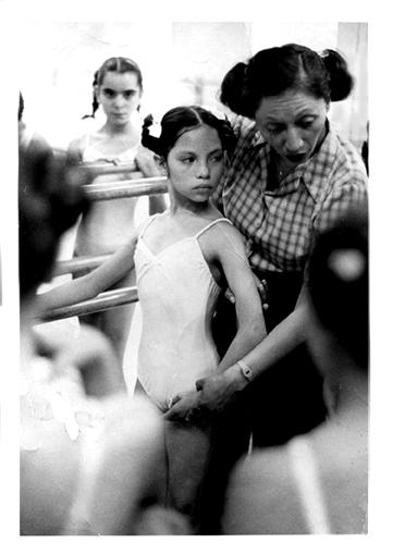 Mexico 80' - Je suis née à la ville de Mexico. J'ai commencé ma formation à l'âge de dix ans dans une école professionnelle de ballet classique. La discipline de la danse m'a appris à aimer la précision et l'esthétique du mouvement corporel. Ma créativité ainsi que mon goût pour la scène en seront fortement stimulés et influencés.Pendant ces huit ans à la Academia de la Danza Mexicana où j'ai vécu dans une ambiance éclectique, J'ai suivi des cours de ballet russe, danse contemporaine et des cours des arts en général jumelés avec des activités culturelles pour préserver des vieilles traditions mexicaines.