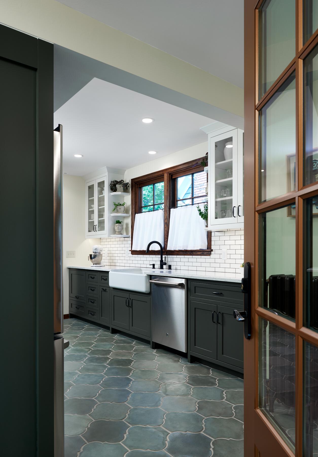 Kitchen traffic flows with interior design by NewStudio Architecture
