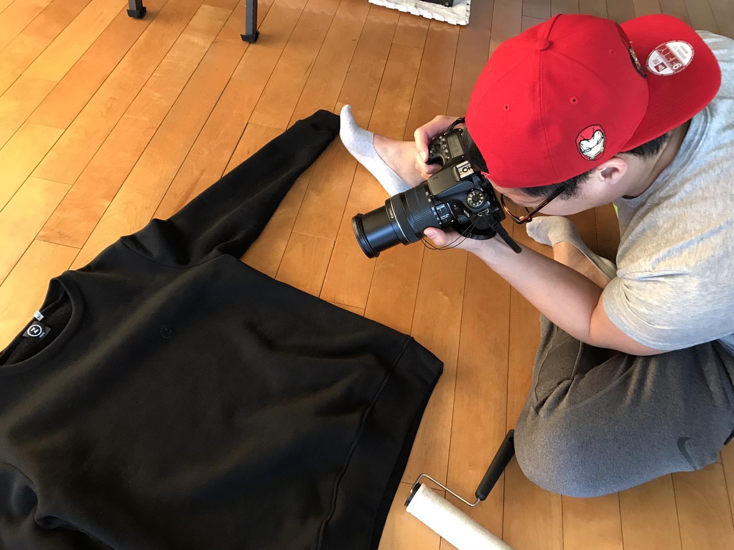 こだわったblack on blackのロゴをクローズドアップ撮影