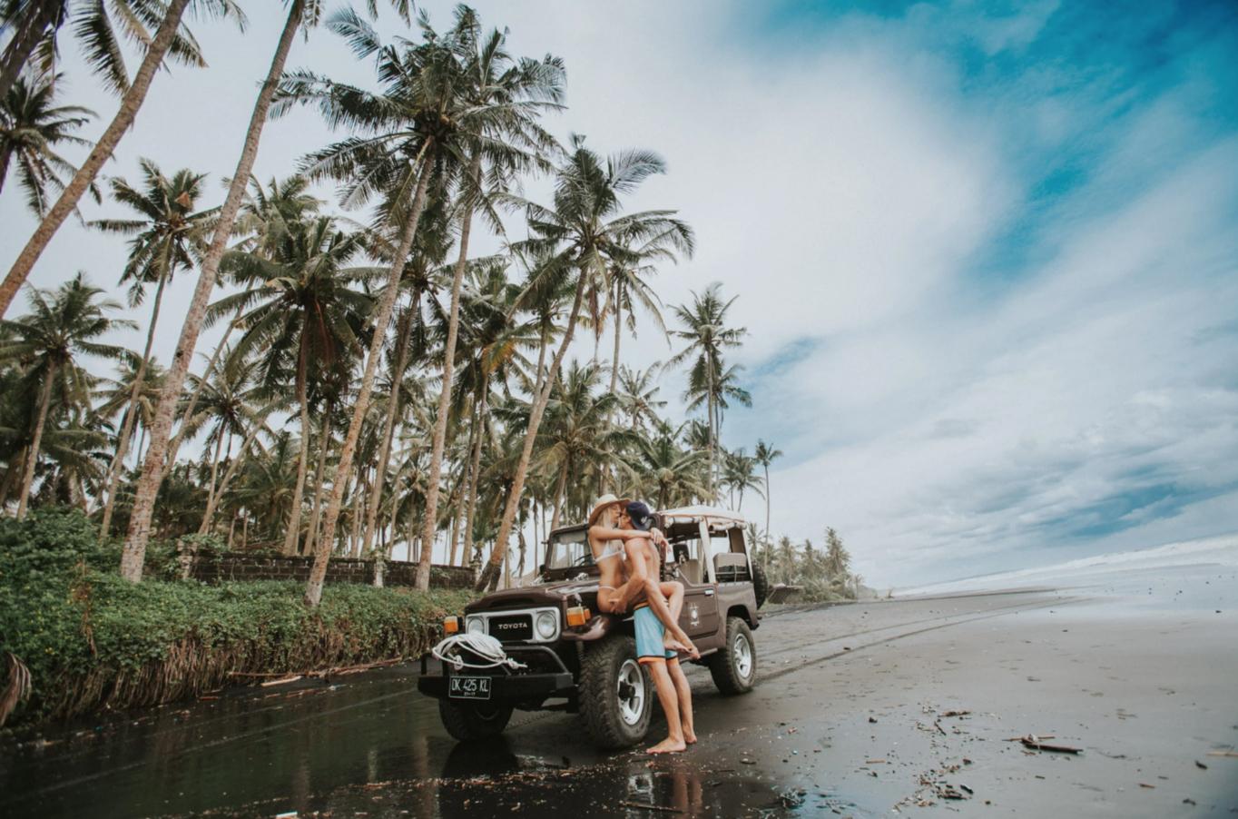 FLOWTS - Photo Shoot Adventure by Alyssa Risley - IG @alyssarisley @flowtslife @katrikats @juhanisarglep #BEACH #KISS