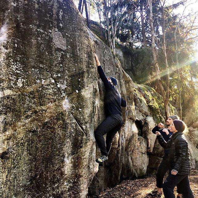 Open boulder at Kärsön in excellent conditions and crisp air. #bergsidan #bouldering #climbing