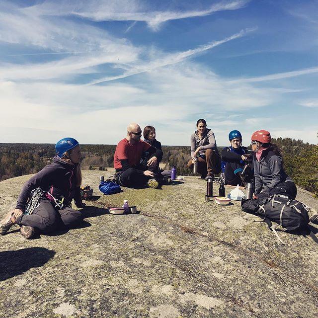 Chill på toppen i Tunaberg. Bergsidan arrar fortsättningskurs i klippklättring. #bergsidan #friluftsframjandet #klättring #klätterkurs