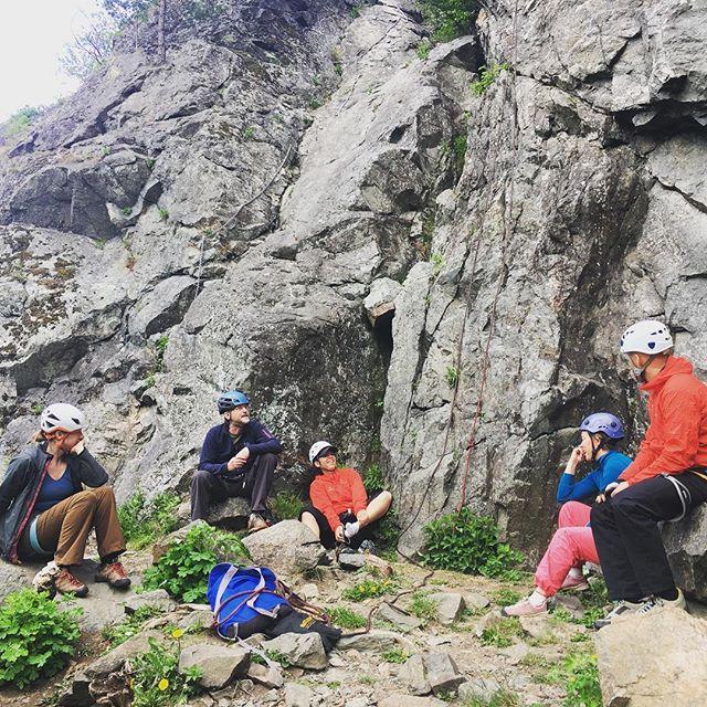 En stund för reflektion och eftertanke runt säkerhet vid Bergsidans evenemang. #bergsidan #friluftsframjandet #klättring #klättringistockholm #häggsta