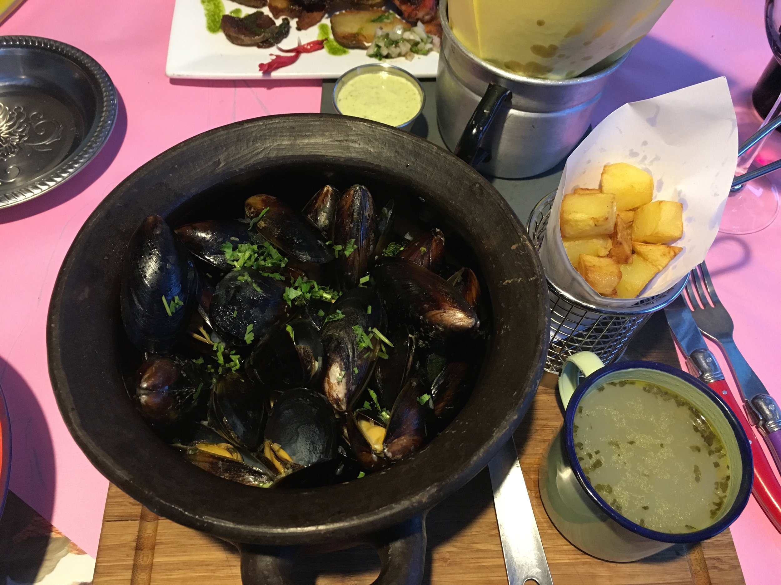 A bowl of choritos (mussels).