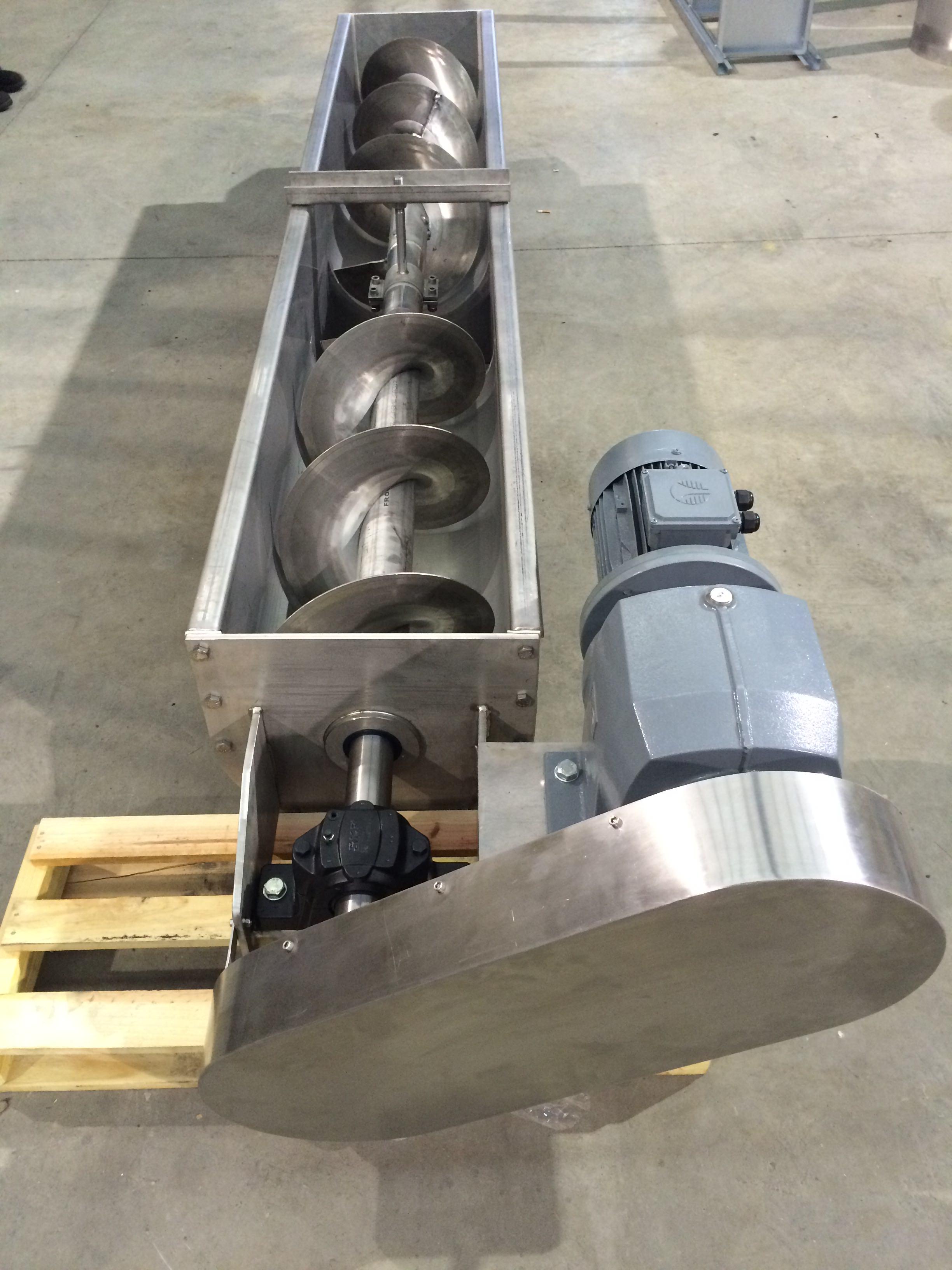 Sinfín abierto para transporte de hielo, con carga por toda la artesa que aloja el sinfín y descarga central