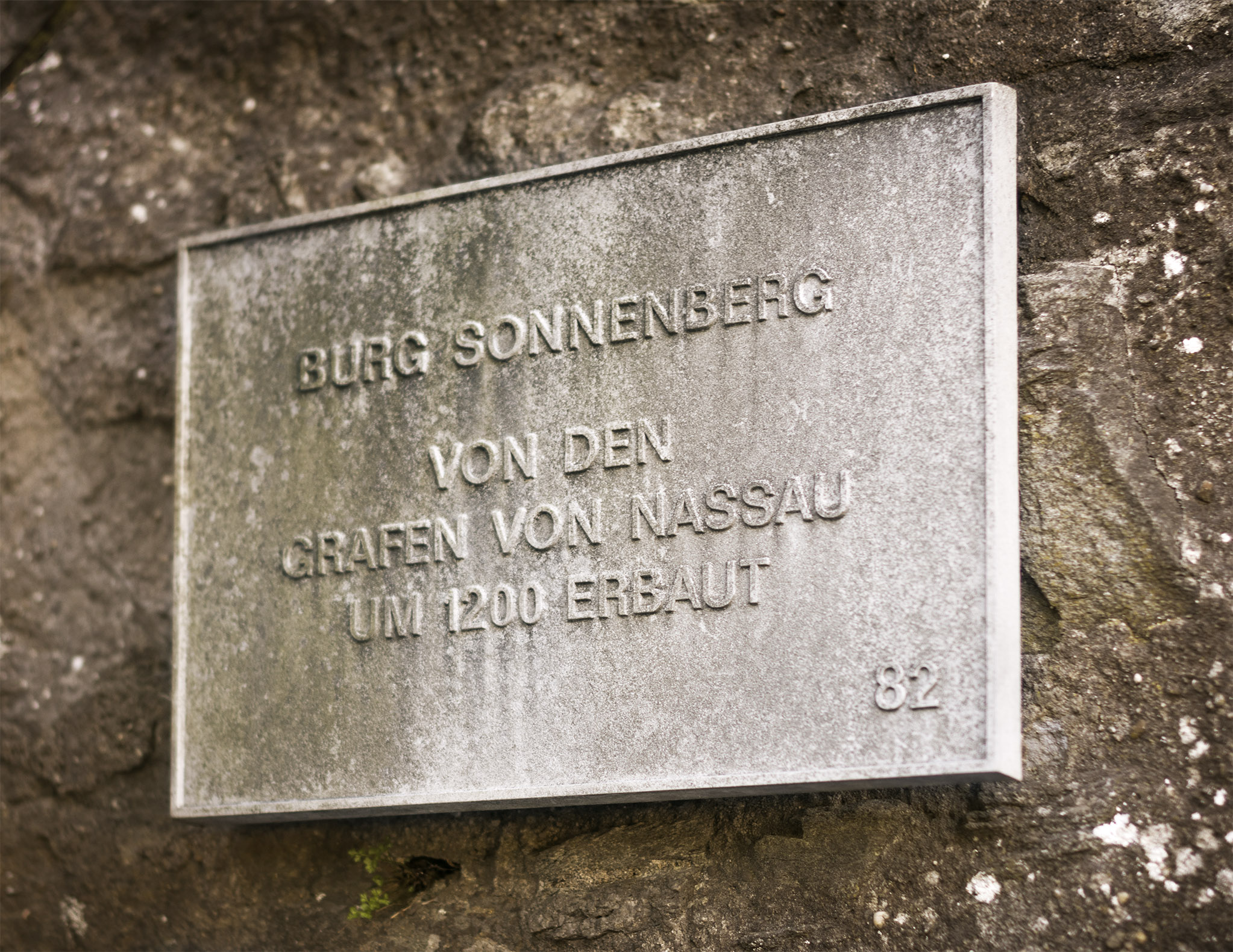 Wiesbadener-Burgfestspiele_Burg-Sonnenberg_Schild.jpg