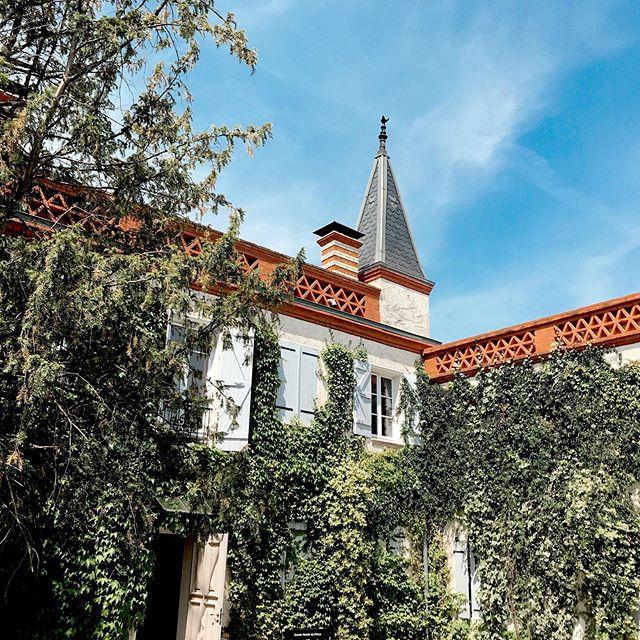 Quand la nature enlace le Manoir 🌸🌿 Dans un écrin de verdure le manoir du prince vous accueille pour vos événements. Depuis 3 ans maintenant la végétation s'est développée et le lierre grimpant a pris place sur la façade. C'est sûrement ce qui rend le Manoir si romantique 💕 — Le Manoir du Prince est un lieu de réception à Toulouse géré par Miharu. Plus d'info www.miharu.fr —— #lemanoirduprince #romantique#love#loveisintheair#toulouse#midipyrenees#wedding#nature#garde#flower#event#architecture#chateau#manoir#sun#sky#green#eventprof#meeting#jardin#lierre#plante#lieudereception#lieudereceptionmariage#lieudereceptiontoulouse #business#picoftheday#show