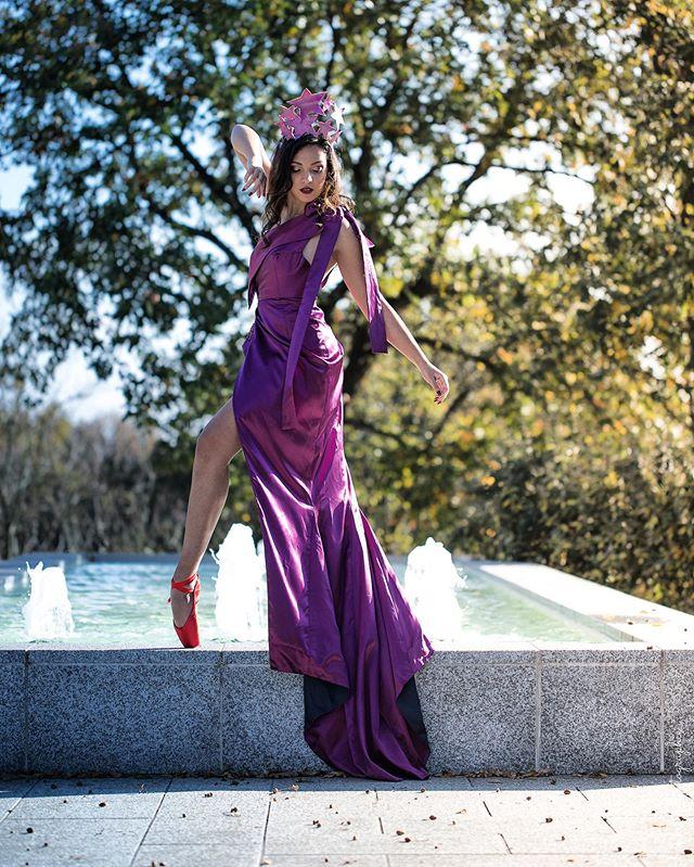 L'élégance en évidence 🥀 Avec le mouvement de l'eau, la délicatesse des gestes et les couleurs automnales, le Manoir du Prince se transforme en véritable poème ✨. 👗@anaisricardcouture pour sa collection capsule «Némésis» 📷 @smikie_photographie 🙎🏻♀️ @sarahlemzaoui — Le Manoir du Prince est un lieu de réception à Toulouse géré par Miharu. Plus d'infos www.miharu.fr — #manoirduprince #occitanie #toulouse #hautegaronne #art #artcontemporain #lemanoirduprince #lieudereception #art #shooting #mode #createur #fashion #picoftheday