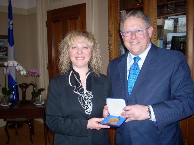 Johanne Bélisle reçoit la médaille de l'Assemblée nationale du Québec de la part de M. Jacques Chagnon