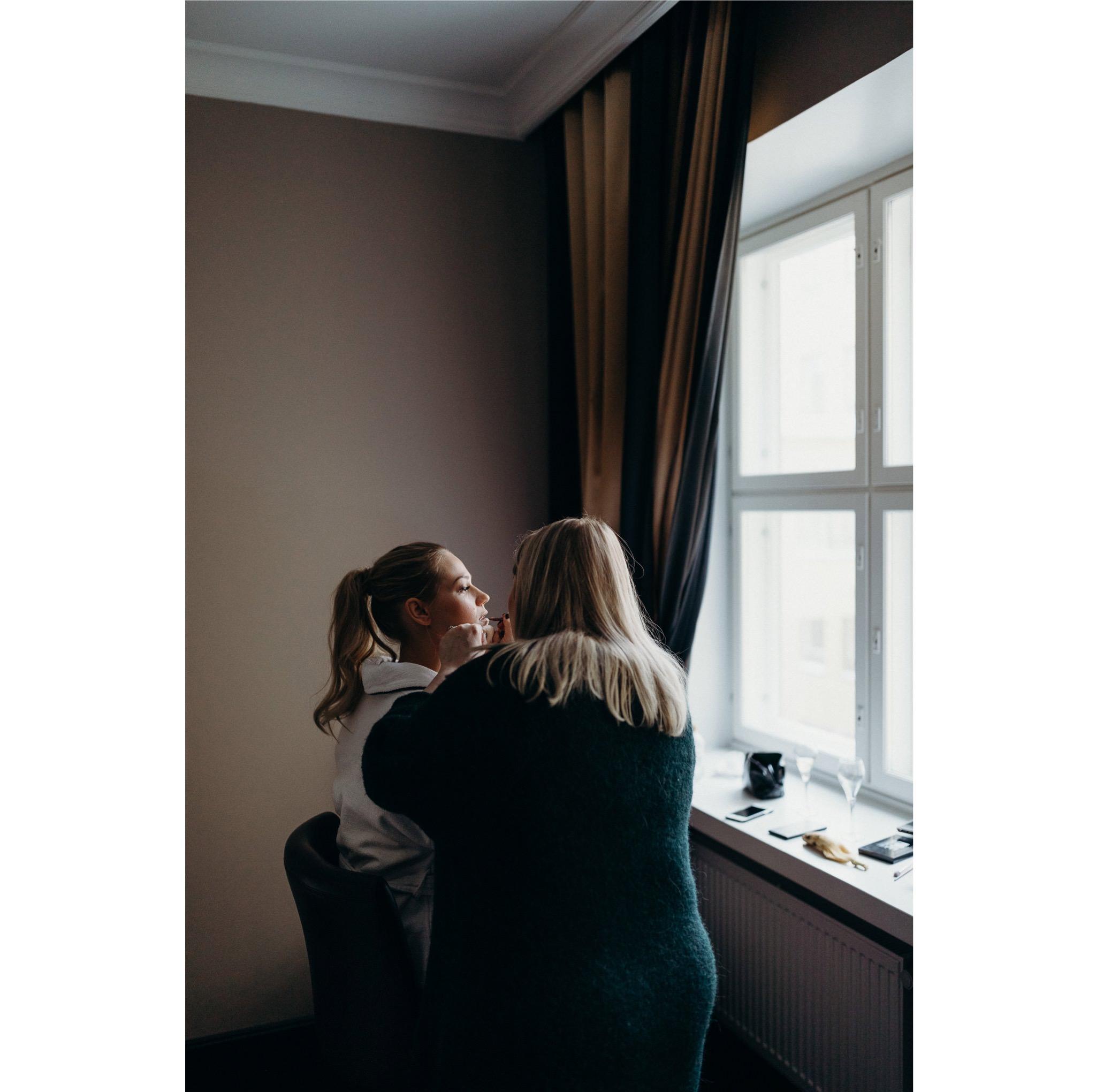 013_Niina_Tapani_2019-51color_Morsian_Valmistautuu_Hotellissa.jpg