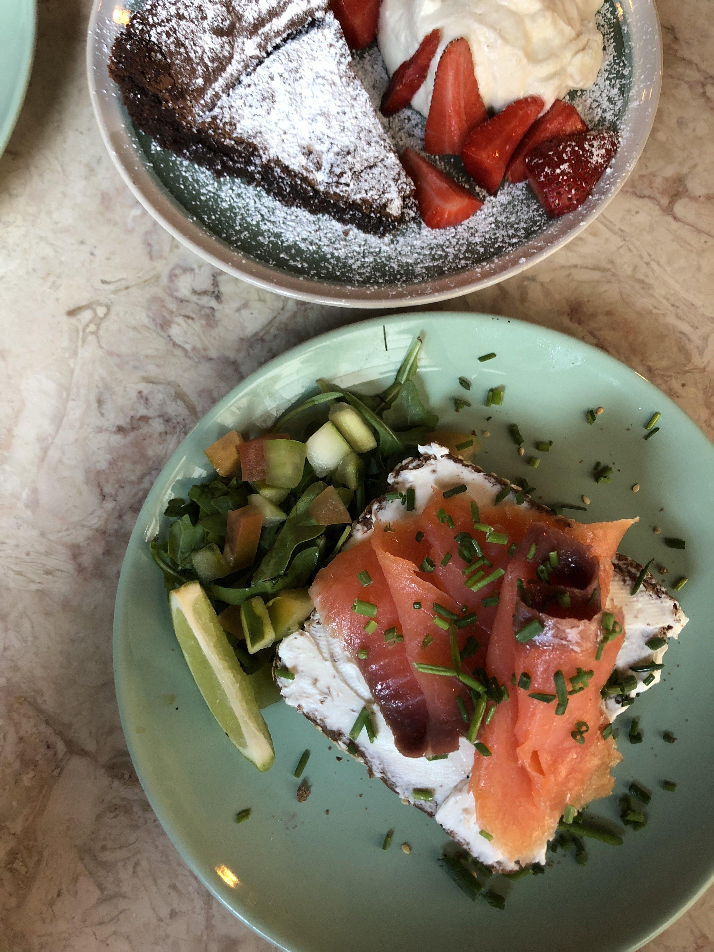 A tosta de salmão, servida em pão de cereais escuro, bem  light  e fresca.