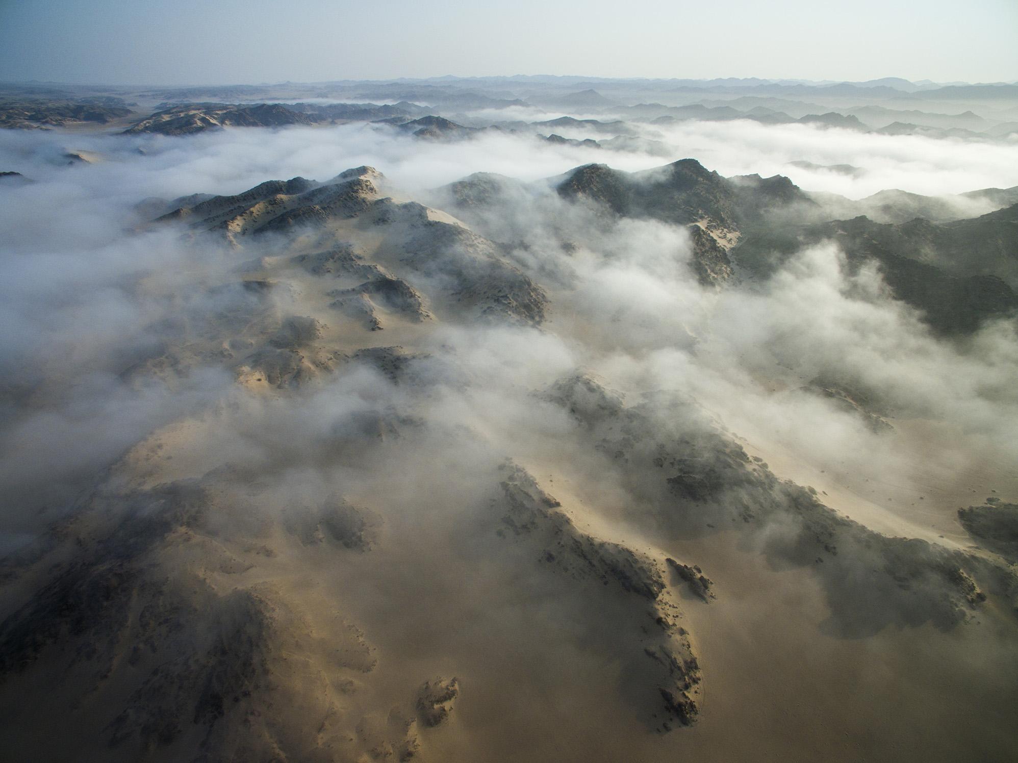 Sabahları Namib Çölü'nü kaplayan sis bulutu