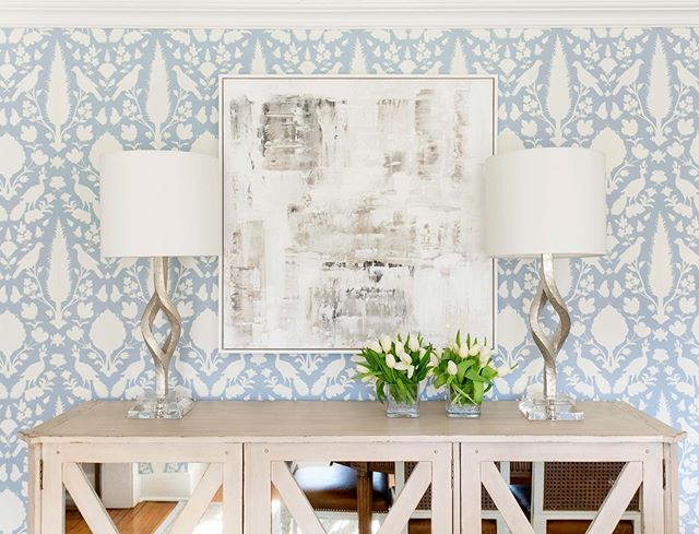 Ready for the weekend!  #diningroom #dinnerpartyready #wallpaper #interiors #interiordesign #blueandwhite #shustagram #gingerrossdesign  Photo | @rikkisnyder