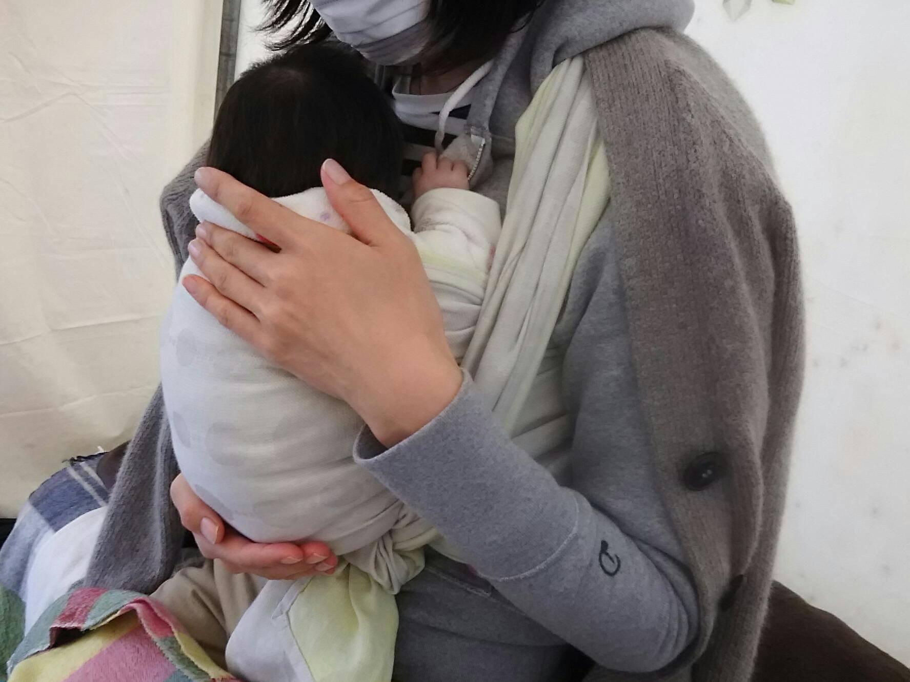 この写真は、前回の東京ピクニックでの一枚です。生後1か月の赤ちゃんをラップで抱っこさせてもらいました。外なので、モコモコな服装ですが、しっかりと密着して気持ちよさそうに寝てくれていました。