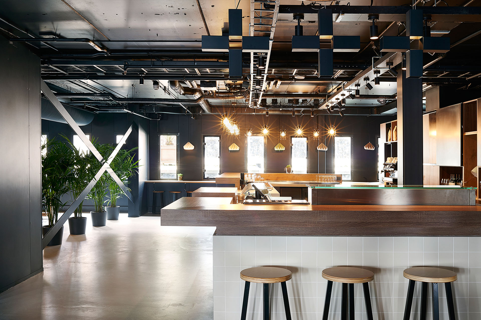 Bar / The multi-functional 'day and night' layout of the bar focusses all food & beverage related activities in one area. This creates a social buzz from breakfast till late nights drinks that connects guests and staff.