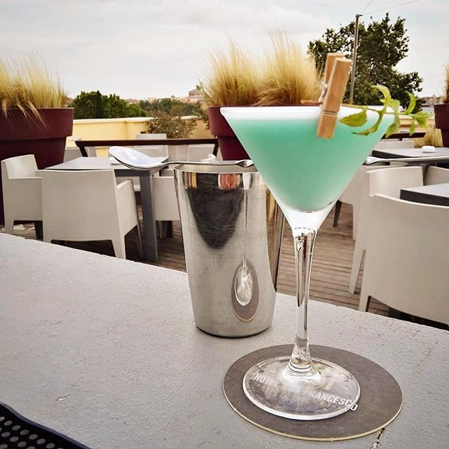 The Grasshopper is cocktail of the day on our rooftop bar. Enjoy 😉 . . . #hotelsanfrancescoroma #hotelsanfrancesco #hsfrome #trastevere #rome #rooftopbar #grassoppher #cocktails #drink