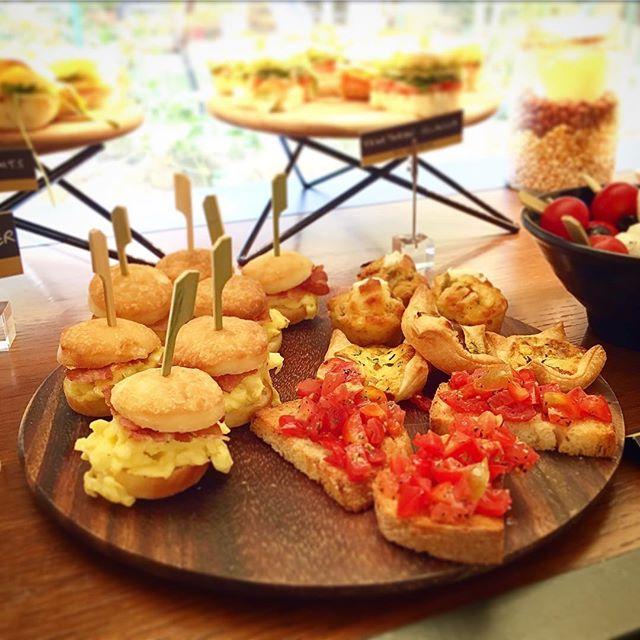 Scrambled eggs buns, cherry tomatoes bruschetta and more... 🤤 . . . #hotelsanfrancescoroma #hsfrome #hotelsanfrancesco #trastevere #rome #breakfastinrome #breakfast #hotelbreakfast #buffetbreakfast #bruschetta #buns