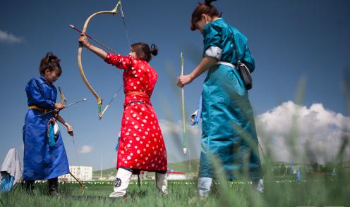 Female archers preparing for Nadaam. Taylor Weidman. CC BYSA-3.0.