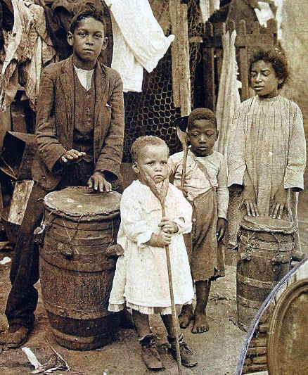 An Afro-Argentine family in Buenos Aires in 1908. Caras y Caretas. Wikimedia Commons / Public Domain