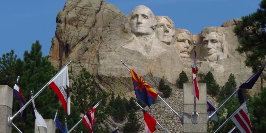 Entry to Mount Rushmore along the Avenue of Flags.  Xiao Fang/Wikimedia ,  CC BY