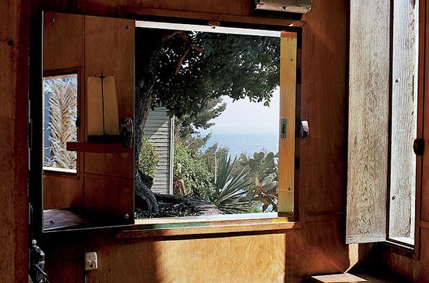 A-Look-Inside-Le-Cabanon-by-Le-Corbusier-9.jpg