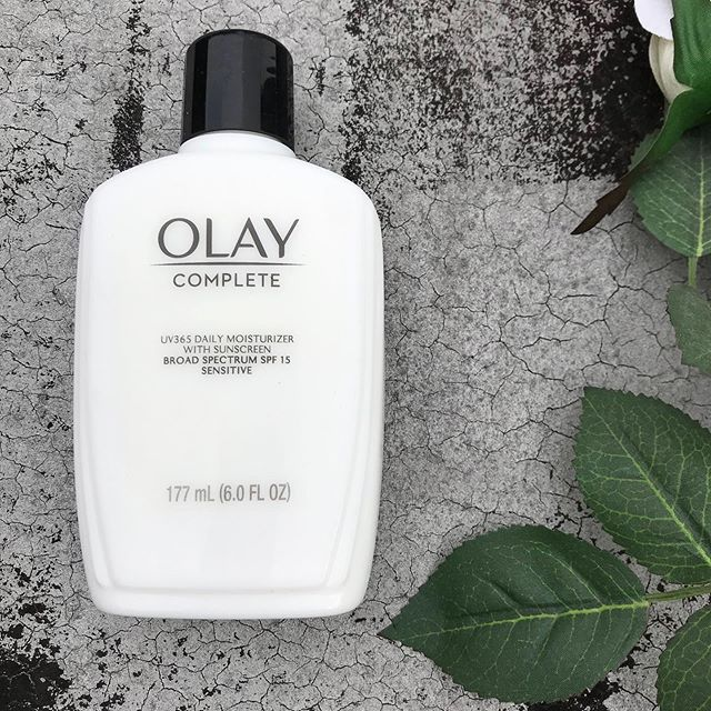 Summer is on its way (although it doesn't feel like it in New York 😭), so it's a good time to remember to always wear sunscreen! While you should ideally use spf 30 or higher on your face, I love this moisturizer by @olay - I actually use it as a makeup primer, and it has that extra boost of spf, so it's a win-win☀️