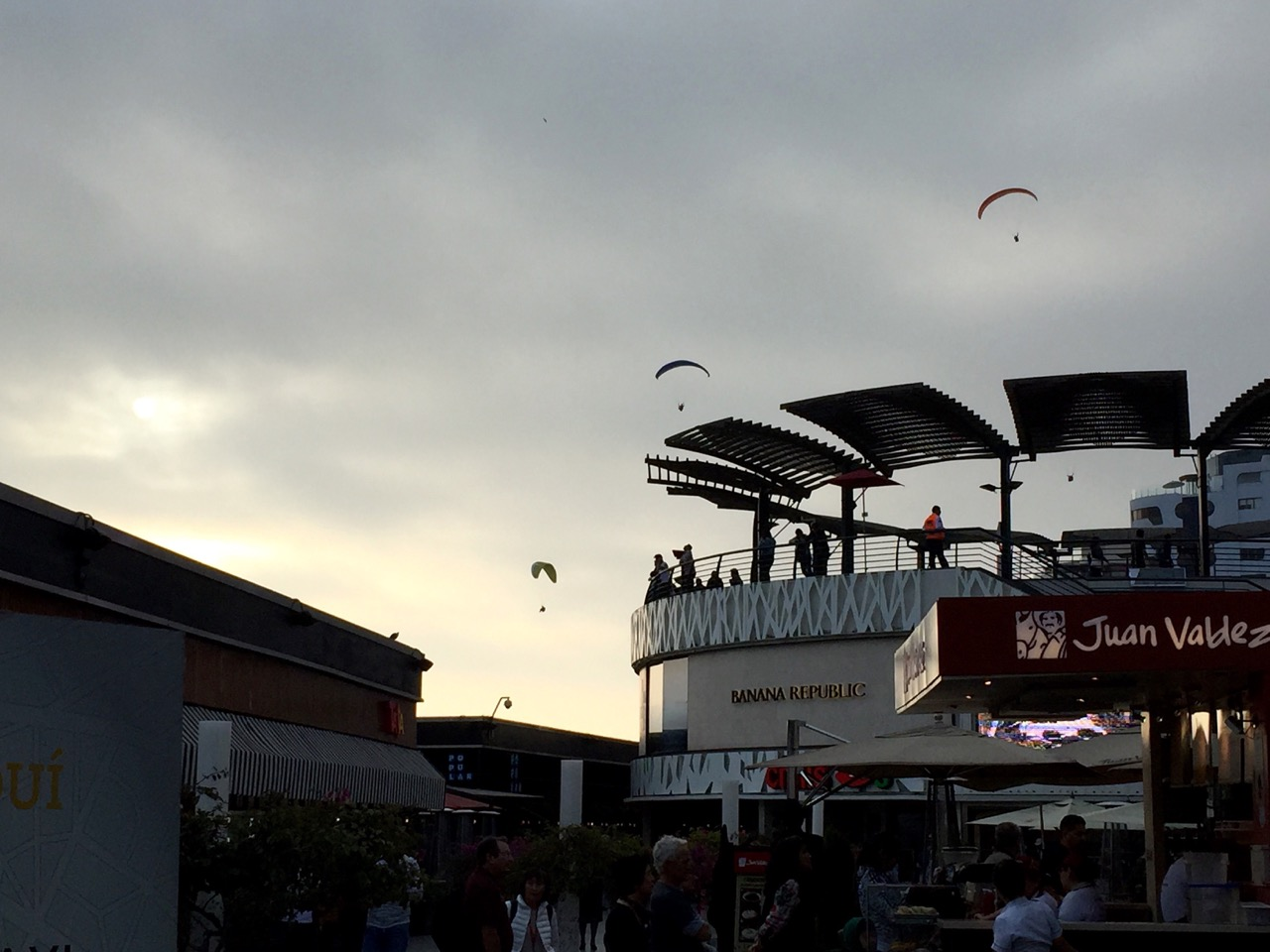 Paragliders at Larcomar, Mira Flores