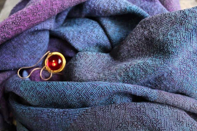 The Sparkly by @leesidestone is off the loom! There'll be some cowls up for sale in the chatter soon! #thesecretofnimh #thesparkly #wovenwithloveandmagic #cauldronandcloth @cauldronandcloth #handwovenbabywrap #handwovenwrap #babywearingwrap #loomtowrap #l2w @loomtowrap #babywearing #closeenoughtokiss #attachmentparenting  #carrythem #babywearingweaver #visibleandkissable #babywearersofinstagram