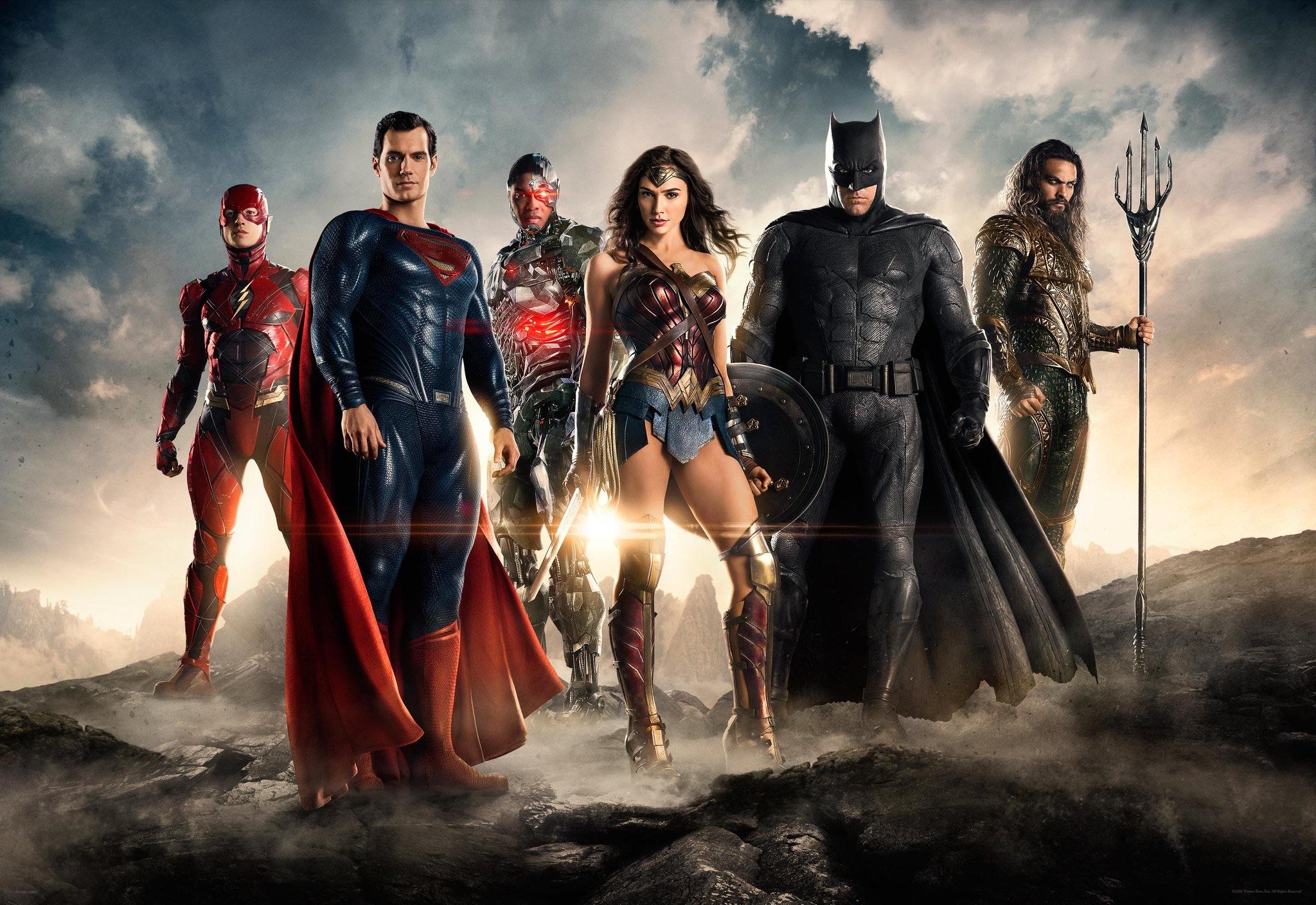함께 공개된 첫 단체사진. 왼쪽부터 플래시(에즈라 밀러), 슈퍼맨(핸리 카빌), 사이보그(레이 피셔), 원더우먼(갤 가돗), 배트맨(벤 애플렉), 아쿠아맨(제이슨 모모아)