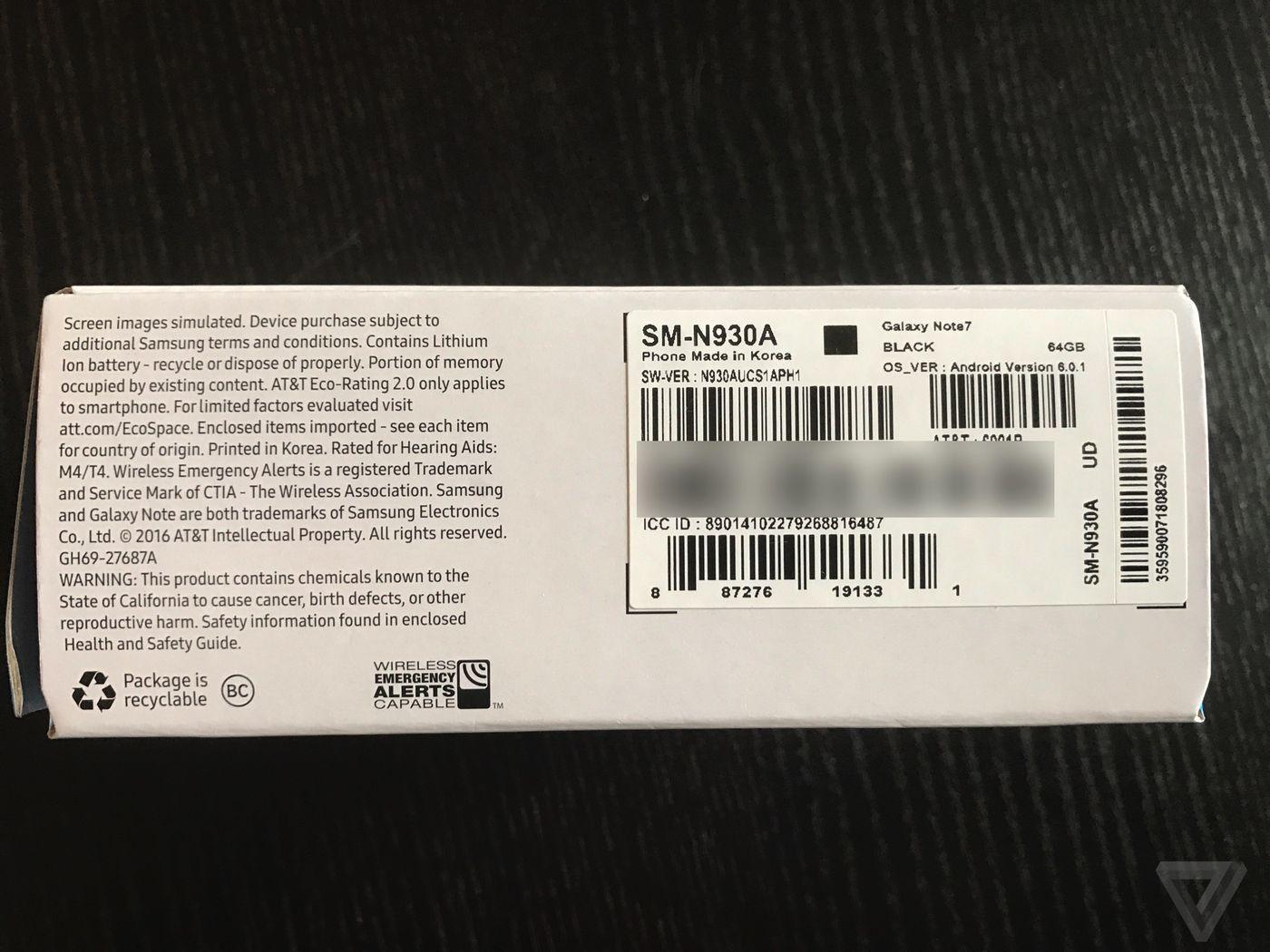 그린의 갤럭시 노트 7 박스. 교환품이라는 표시인 검은색 박스가 보인다. (더 버지)