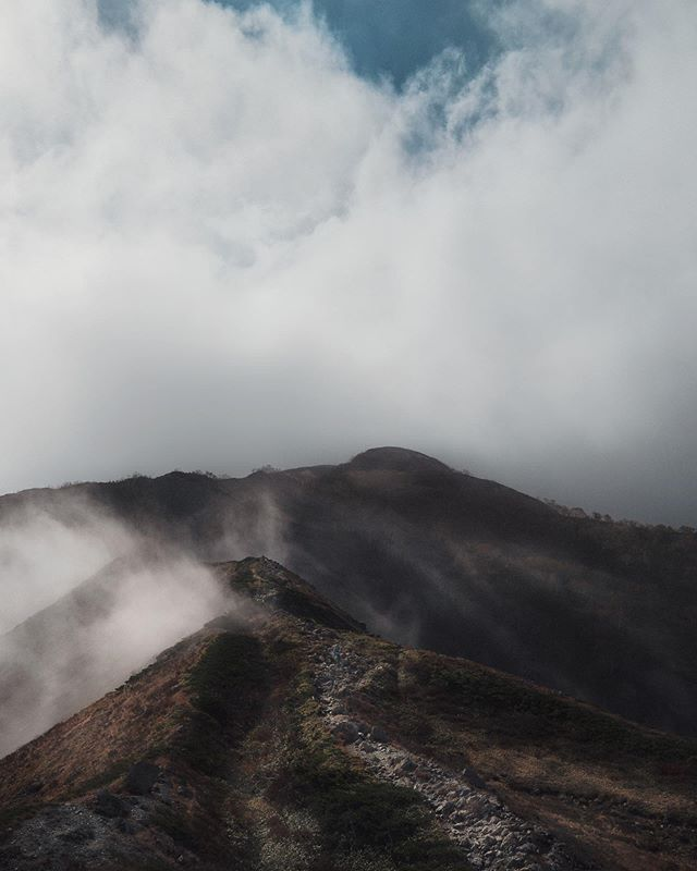 Hazy mornings making the ascent through the #japanesealps near #hakuba #japan