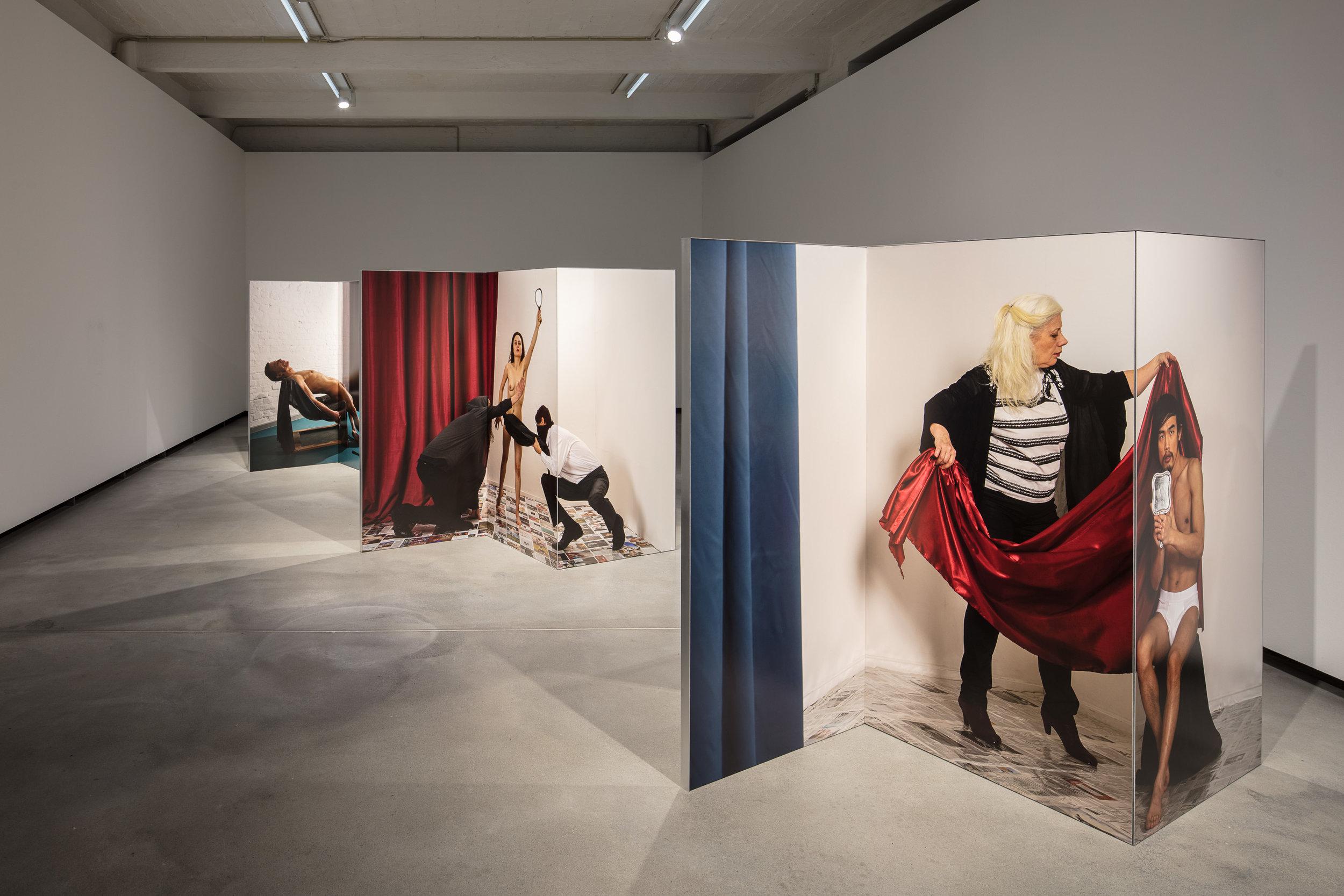 1.Changing Room, Installation view Künsterlhaus Bethanien, archival pigment print on AluDibond, mirror, aluminium, 2017