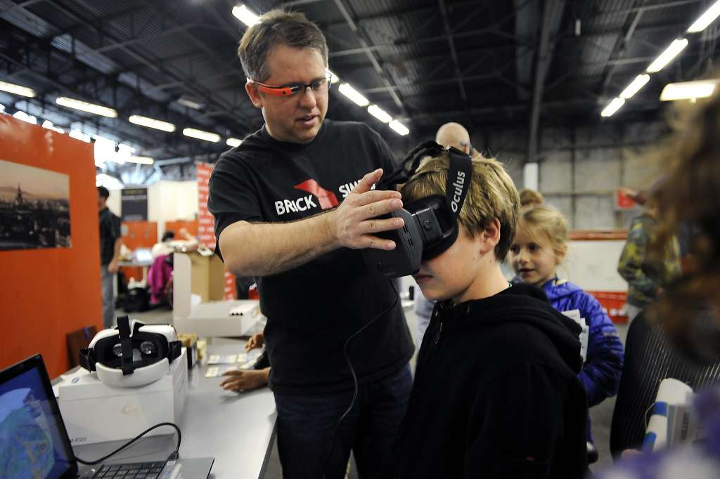 Det Ansinn, BrickVR CEO, introducing students to virtual reality on the Oculus Rift.