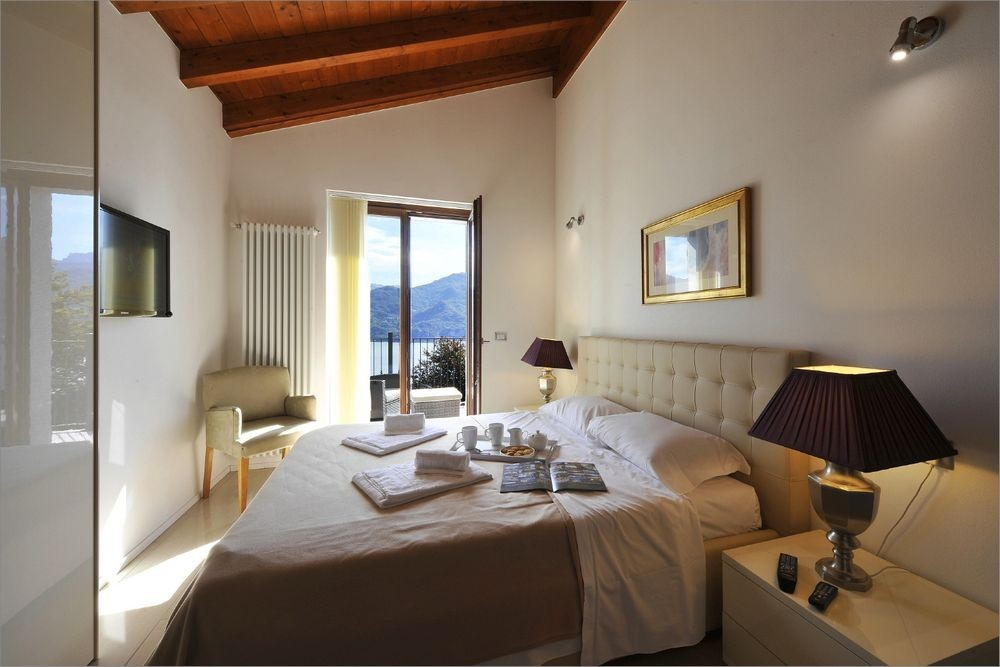 Lake-Como-Cycling-Experience-Villa-Lumbini_Bedroom.jpg