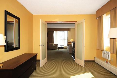 740x498-luxury_two-bedroom-living-740x493_c.jpg